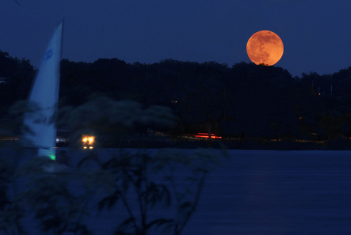 Supermoon. Photo © Robert Hensley (photography.roberthensley.com), via creative commons and flickr